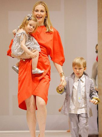 Actress Kelly Rutherford walking with her kids